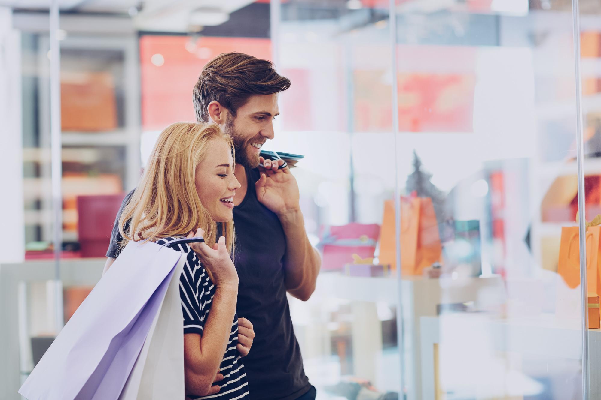 Ir de compras durante las rebajas es muy divertido. Las personas generalmente tienen un presupuesto en mente cuando van de compras. Es una sensación genial cuando terminas comprando mucho más de lo que esperabas. Sin embargo, los descuentos no tienen que ser algo que encuentras cuando menos te lo esperas, sino que puedes planear cuándo y cómo encontrarlos. Las tiendas de ropa tienen como objetivo mantener un stock completo, para que las personas tengan más opciones. Sin embargo, con frecuencia tienen que re